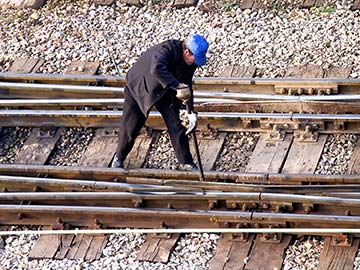 This rail worker faces many dangers every day. If you have been injured while working for a railroad company, call a Waco FELA attorney now.
